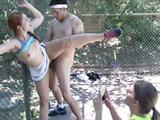 imagen Jovencitas acorralan a su profesor de tenis