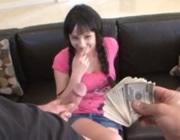 imagen Jovencita mamando polla por dinero