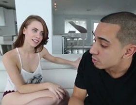 imagen Intentando seducir al novio de su hermana mayor