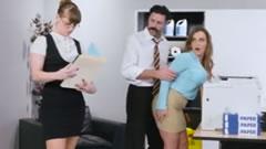 imagen Seduciendo a la becaria delante de la secretaria