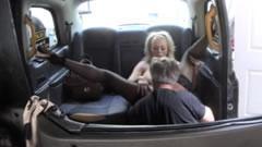 Clienta paga su viaje con una follada