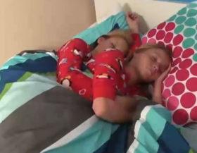imagen Despierta a sus hijas para que le hagan una paja