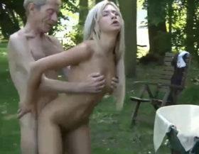 Jovencita rubia follando un pobre anciano