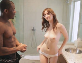 Pelirroja se desnuda frente a un negro para que se la folle