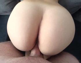 Penetrando el culo gordo de su novia en el sofá