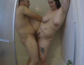 imagen Esposa gordita y tetona follada en la ducha