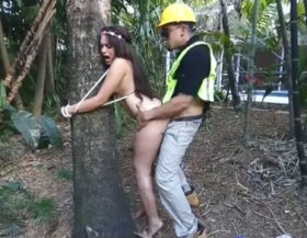 imagen Se ata a un árbol desnuda y termina follada