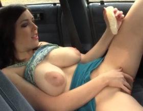 Impresionante tetona detiene el coche en la vía para masturbarse