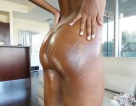 imagen Negrita novata bañada de aceite y follada a cuatro patas