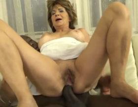 Anciana puta con una polla negra metida en el culo