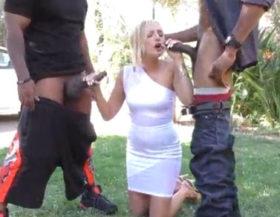 Rubia ninfómana follando con dos negros en su casa