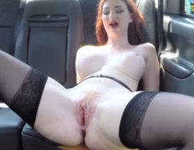 imagen Ardiente pelirroja tetona follando en un taxi