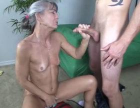 La abuela se masturba mientras le hace una paja a su nieto