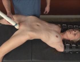 Un tío le provoca orgasmos múltiples con un vibrador