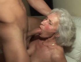La abuela todavía traga pollas como en sus mejores tiempos