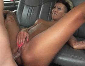 Follando a una puta culona dentro de una camioneta