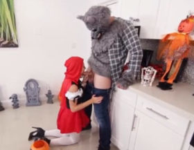imagen Y por fin el lobo se pudo follar a la putita de caperucita roja