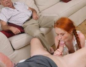 imagen Pelirroja se la chupa a un viejo amigo de su abuelo por dinero