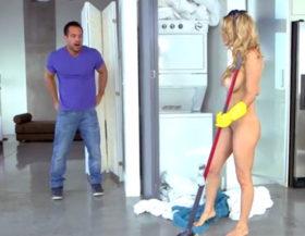Su vecina limpia la casa desnuda y no se resiste a follarla