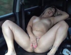 Se masturba dentro de un coche en movimiento