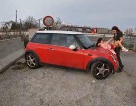 Zorrita fea follando a un lado de la carretera