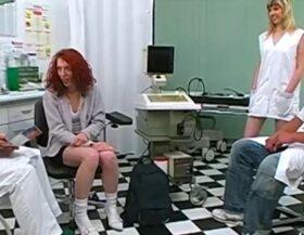 imagen Dos médicos y una enfermera revisan la salud de su coño