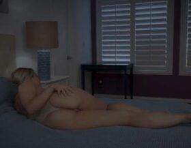 Su mujer con culazo lo espera en la cama para una follada