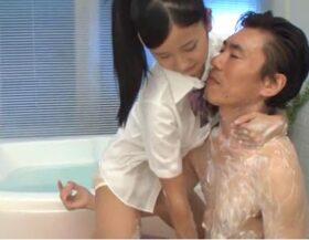 imagen Asiática colegiala bañándose con su papá