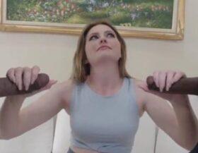 imagen Rubia rellenita follando con dos negros por dinero