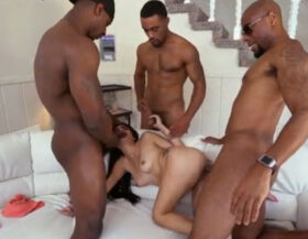 imagen Pequeña latina emburrada por tres negros
