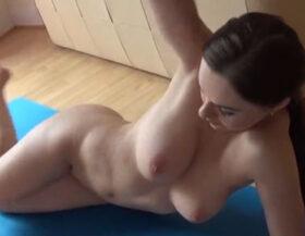 imagen Rica zorrita hace yoga desnuda