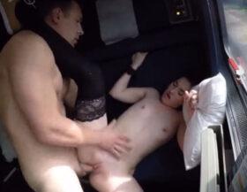 Tiene muchos orgasmos en su primer día como puta