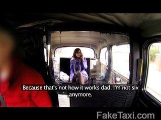 Paga al taxista con una buena follada
