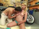 Jovencita en el garaje con su novio