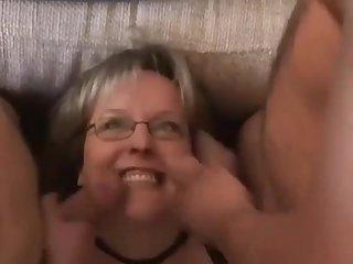 Marido complaciente se la folla con un amigo