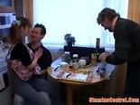 Jovencita en follada amateur con dos hombres mayores