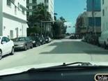 Guapa rubia se sube al carro