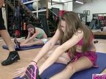 Grupo de chicas follando en el gimnasio