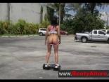 Latina follando en un parking