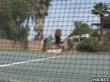 Vicioso a la caza en el club de tenis